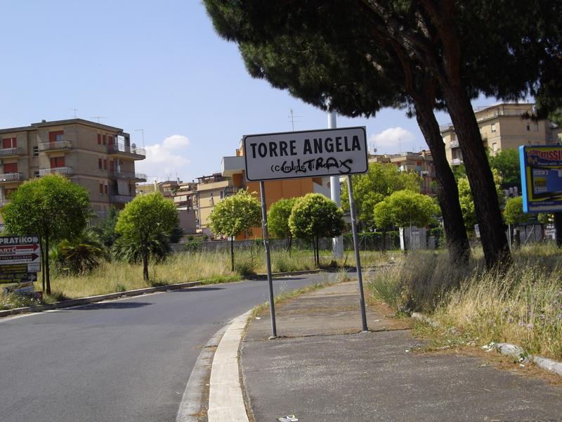 """Roma. Torre Angela, tenta di far saltare la palazzina per vendicarsi dei vicini: nottata di """"fuoco"""" nel quartiere"""