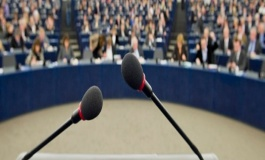 Retorica, le fallacie logiche commesse dai politici nei loro discorsi: così ci manipolano