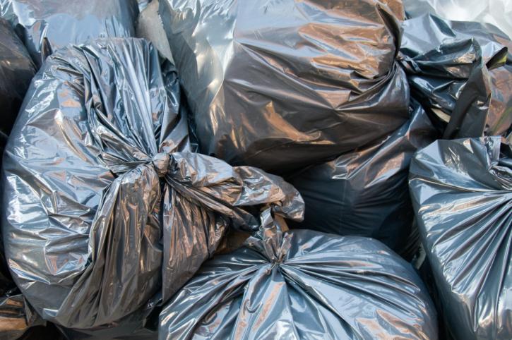 Prati, caos rifiuti: rimosso dopo 16 giorni un topo morto ma gli altri rifiuti restano in strada