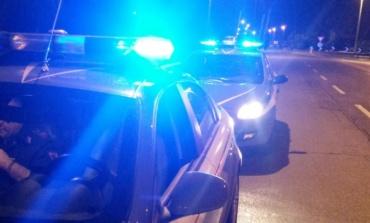 Borghesiana, pusher cerca di disfarsi del denaro della droga durante l'irruzione della polizia: arrestato