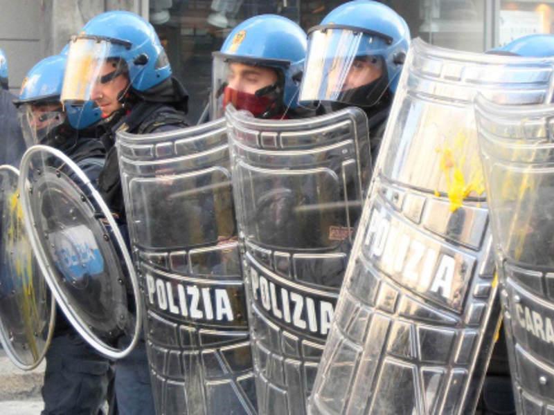 Termini, sgombero di un palazzo in corso: polizia in tenuta antisommossa