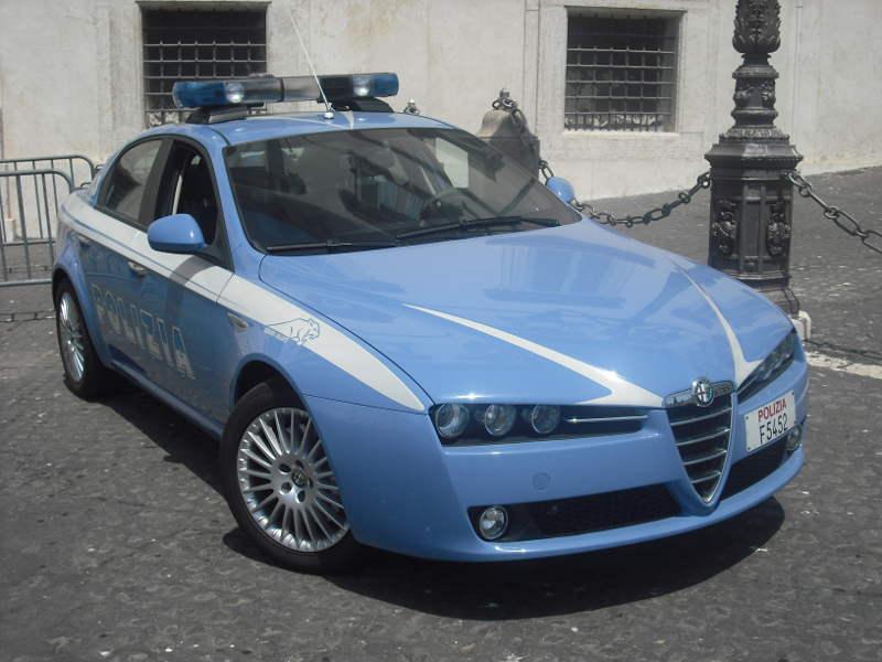 Roma ladri appartamento fuga aggrediscono poliziotti