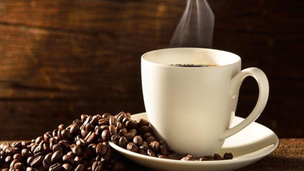 Una donna incinta ordina un caffè, viene servita con il detersivo
