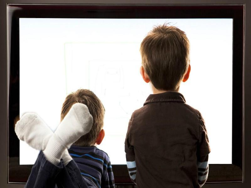 Bambino troppe ore davanti tv, tablet e smartphone: ritardano lo sviluppo?