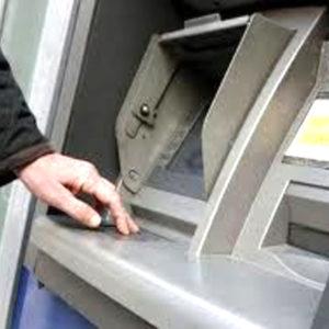Civitavecchia, agente libero dal servizio trova 500 euro in un Bancomat e li riconsegna al proprietario