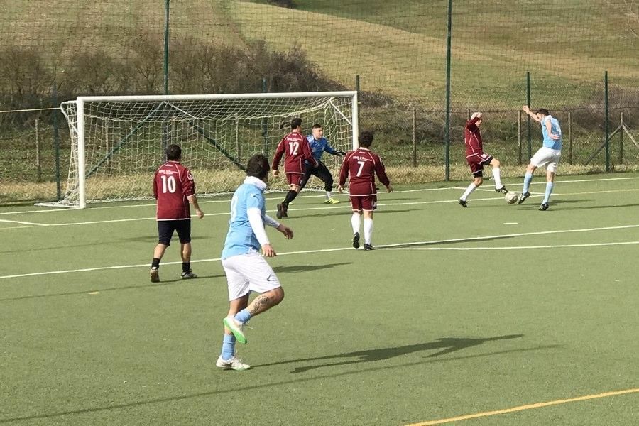 Azione d'attacco concitata della SS Lazio Calcio a 7 contro la Ceramiche Galassi