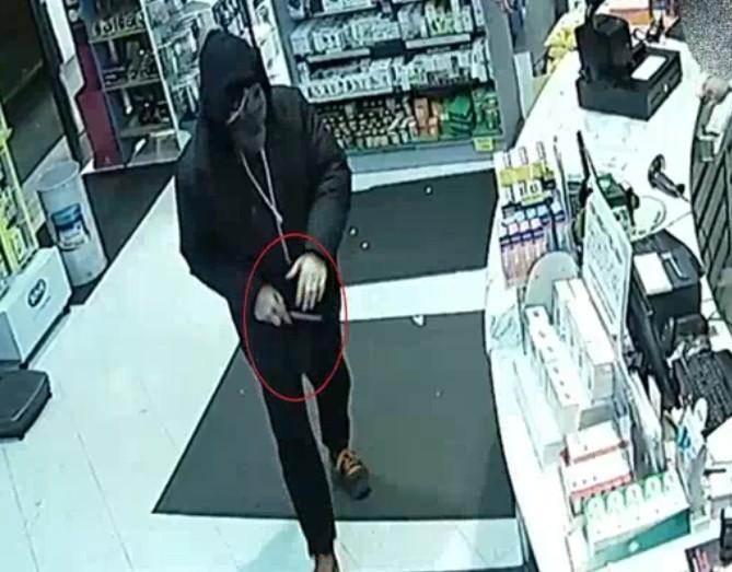 Centocelle, armato di coltello rapina in farmacia di via delle Palme: era un 41enne ai domiciliari