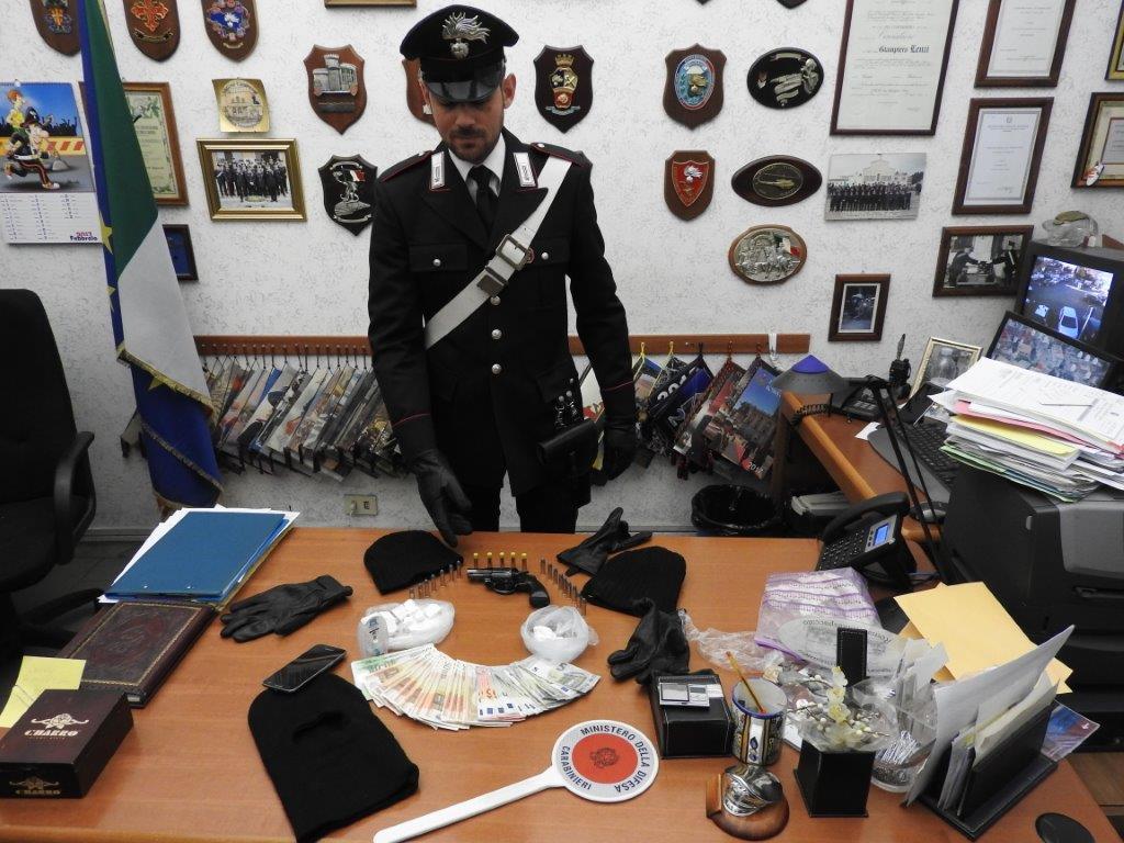Quartaccio, pistola, passamontagna e droga in casa: arrestato 29enne romano