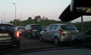 Valmontone, corsie di emergenza dell'outlet usate come parcheggi: rischio per la sicurezza