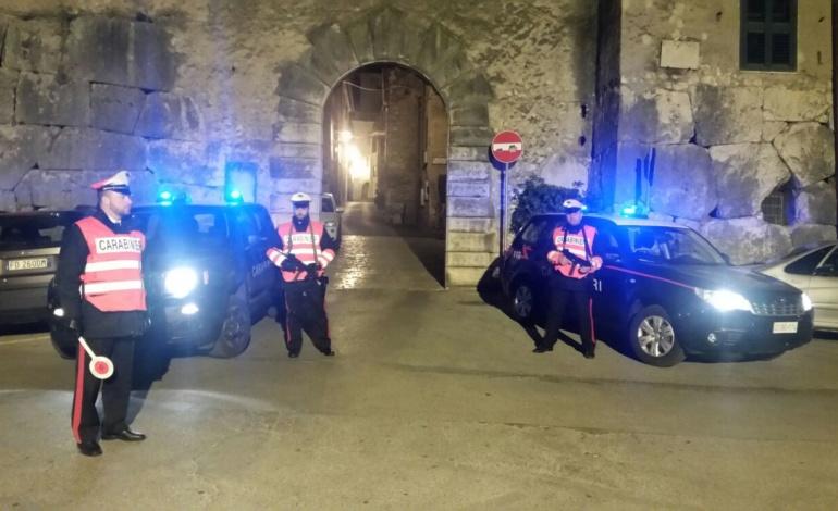 Alatri, ricercato si dà alla fuga al momento del blitz dei carabinieri: arrestato dopo un rocambolesco inseguimento sui tetti