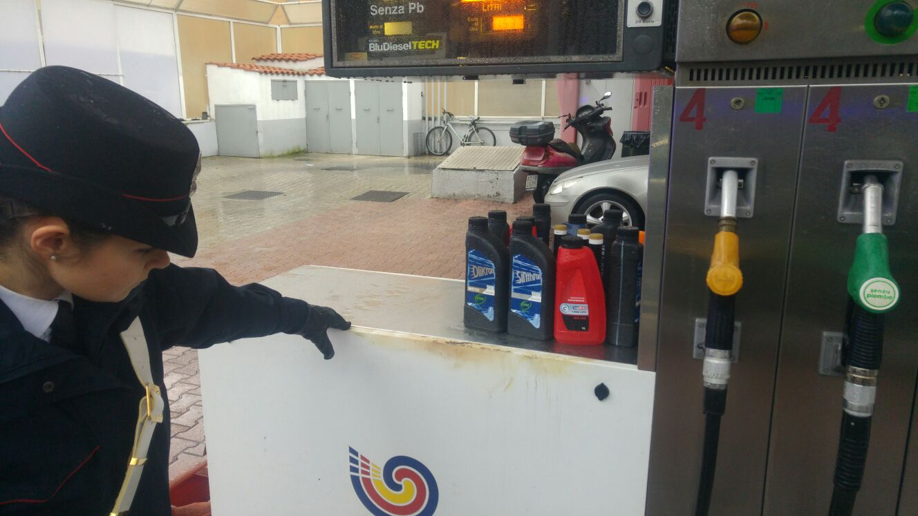 Monteverde, dà fuoco a uno scooter e un'auto poi tenta di appiccare un incendio a un distributore di carburanti: arrestato un 43enne (FOTO)