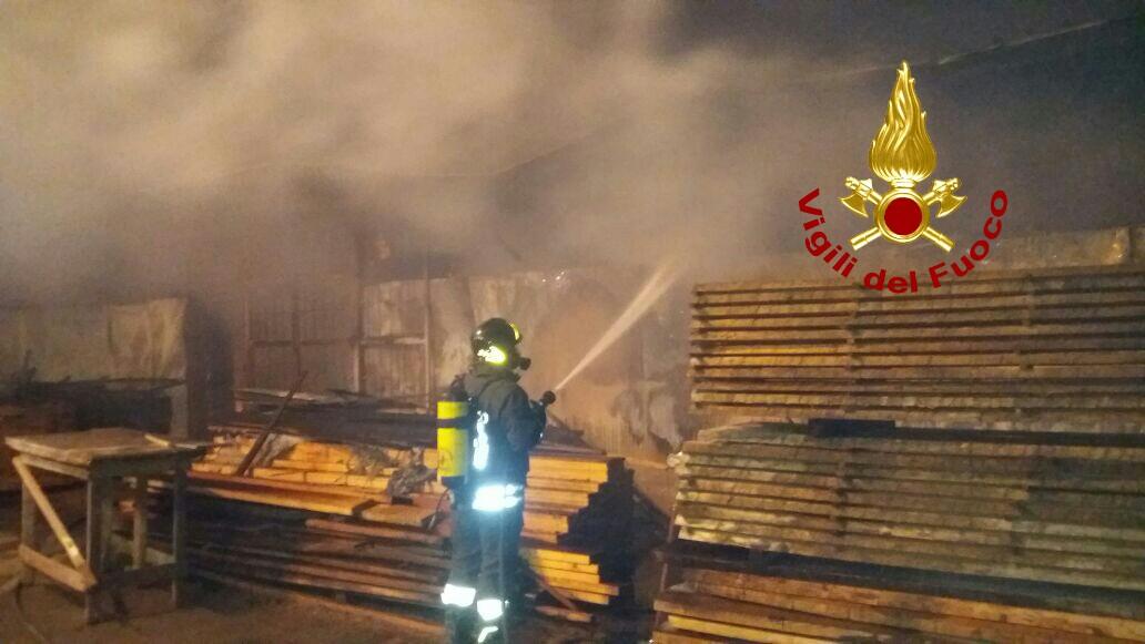 Civitavecchia, incendio capannone via della Palma: interventi di raffreddamento ancora in corso