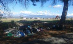 Finocchio, una marea di rifiuti tra via di Rocca Cencia e la zona industriale (FOTO)
