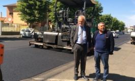 Fiumicino, lavori in corso su Via del Canale per il rifacimento dell'asfalto