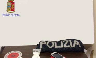 """Roma, Laurentino, tenta di gettare la droga dal finestrino ma gli """"rimbalza"""" in auto"""