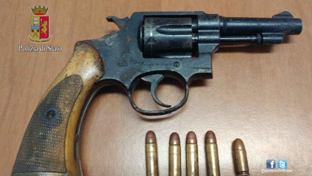 Pigneto, intervenuti per una lite in famiglia i poliziotti scoprono un revolver: 22enne romano arrestato