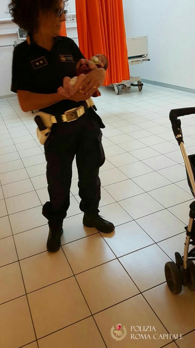 Roma, campo nomadi Via Salviati: la Polizia Locale salva una donna con figli in braccio dalle percosse del marito