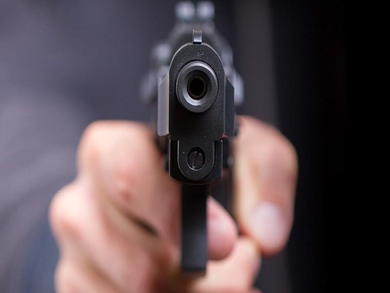 Primavalle, lite finisce nel sangue: ex guardia giurata accoltella la moglie e spara al figlio