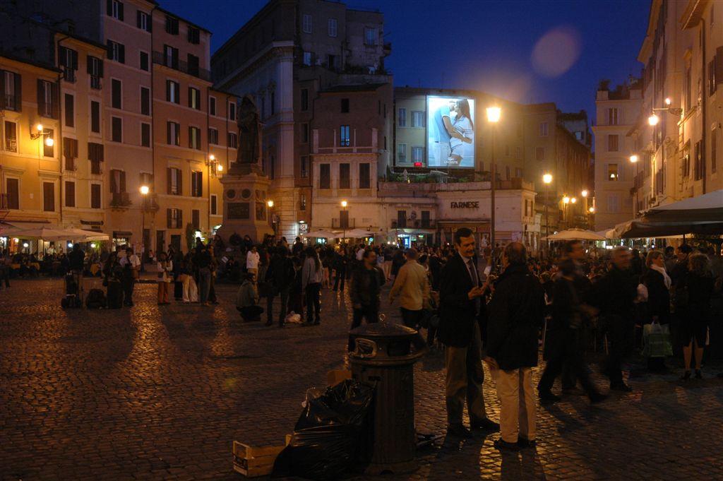 Campo de' Fiori, giovani si oppongono allo scioglimento di un assembramento: denunciato un minorenne, in attesa di identificare gli altri