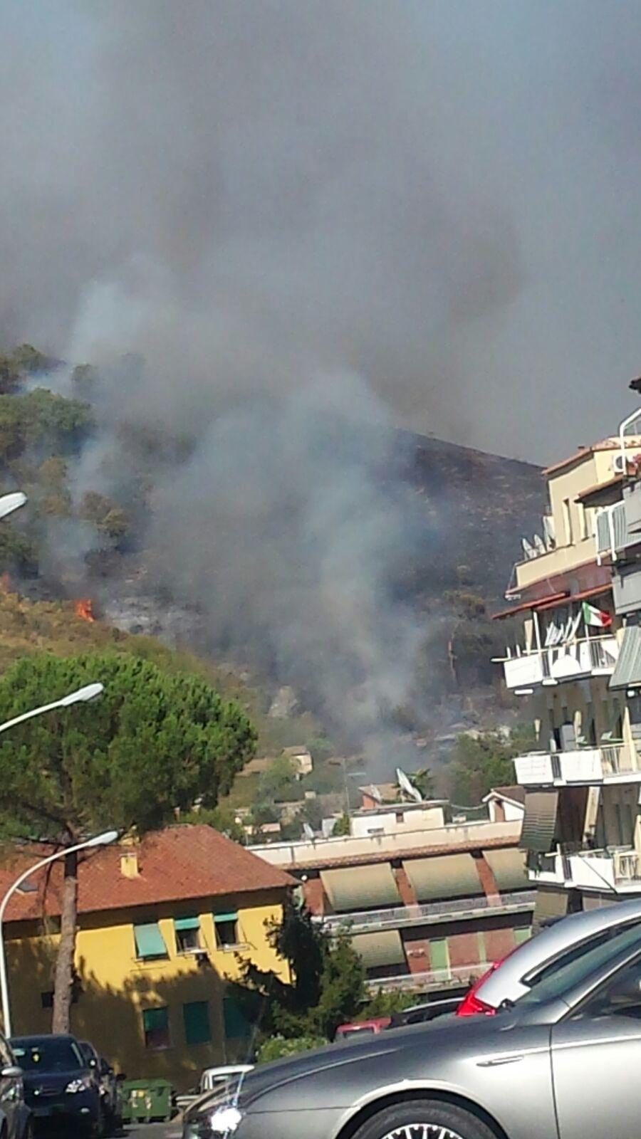 Incendio a Bellegra. Le fiamme persistono anche nelle ore notturne: gli aggiornamenti