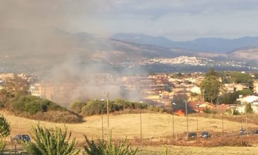 Colleferro, incendio vicino al Castello: fiamme e fumo (FOTO e VIDEO)