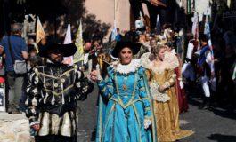 Carpineto, sfilata XXV° Pallio della Carriera: Donna Olimpia Aldobrandini entra con il Treno Storico il 19 agosto