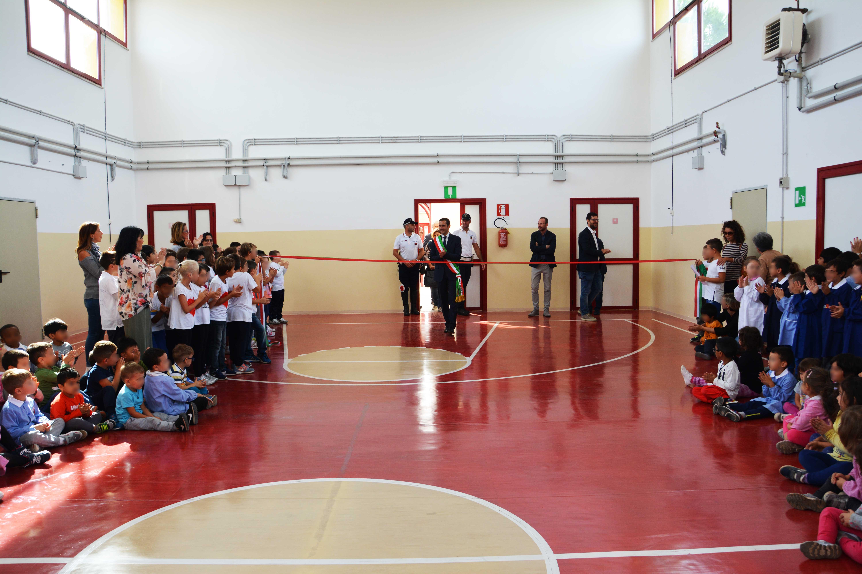 """Pomezia: riaperta dopo 10 dieci anni la palestra della scuola De Andrè di Santa Palomba. Il Sindaco: """" Impegno mantenuto""""."""