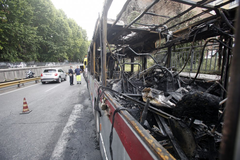 Dragona, incendio bus linea 04 tra viale dei Romagnoli e via Gastone Maspero: zona chiusa