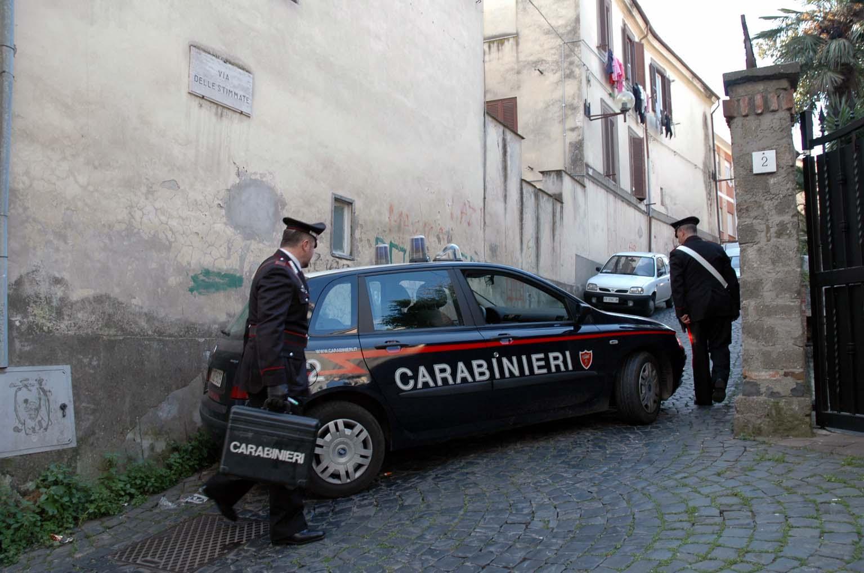 Lariano, trovano un ladro in casa e lo fanno arrestare dai carabinieri: in manette un 57enne di Velletri