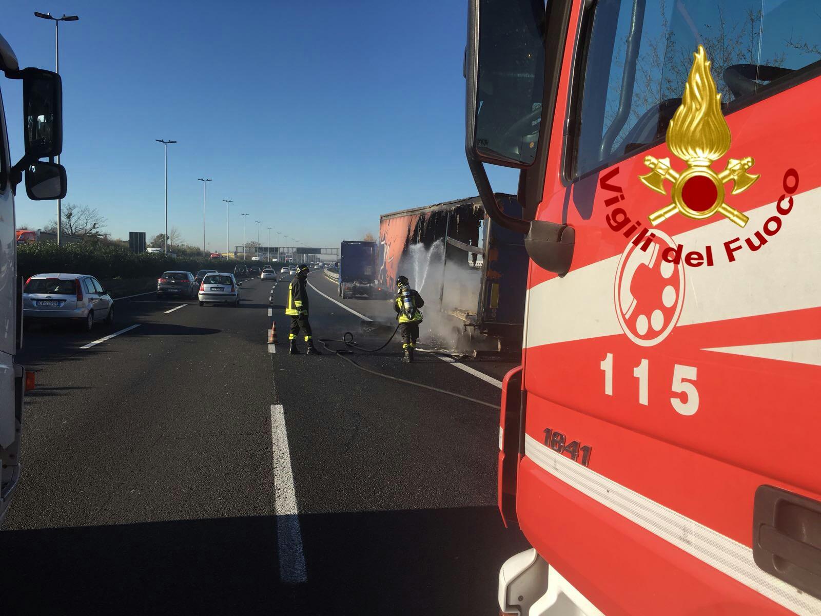 SS675 Umbro-Laziale: chiusa la carreggiata in direzione Terni per un veicolo in fiamme
