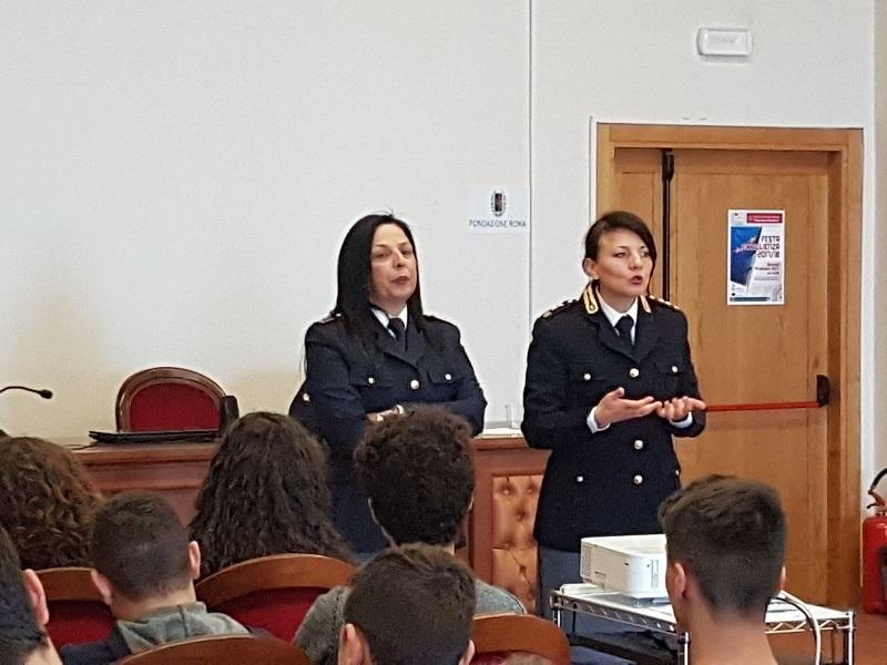 """Ferentino, la Polizia con gli studenti del """"Martino Filetico"""" per parlare di bullismo e cyberbullismo"""