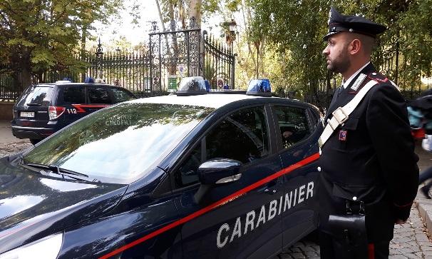 Via Einaudi, aggredisce turista per derubarlo dell'Iphone: rapinatrice arrestata