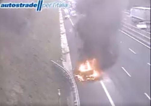 a1 roma napoli direzione sud veicolo in fiamme oggi 6 aprile 2020