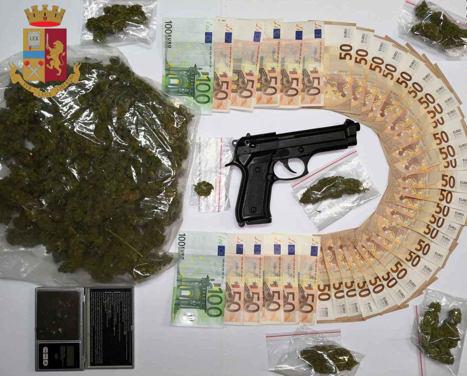 Ostia, arrestato giovane pusher: in casa aveva droga, soldi e una pistola semi automatica