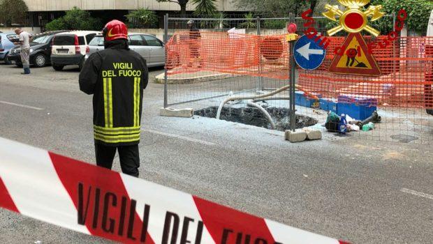 Esplosione in un cantiere stradale a Roma, operaio gravemente ferito