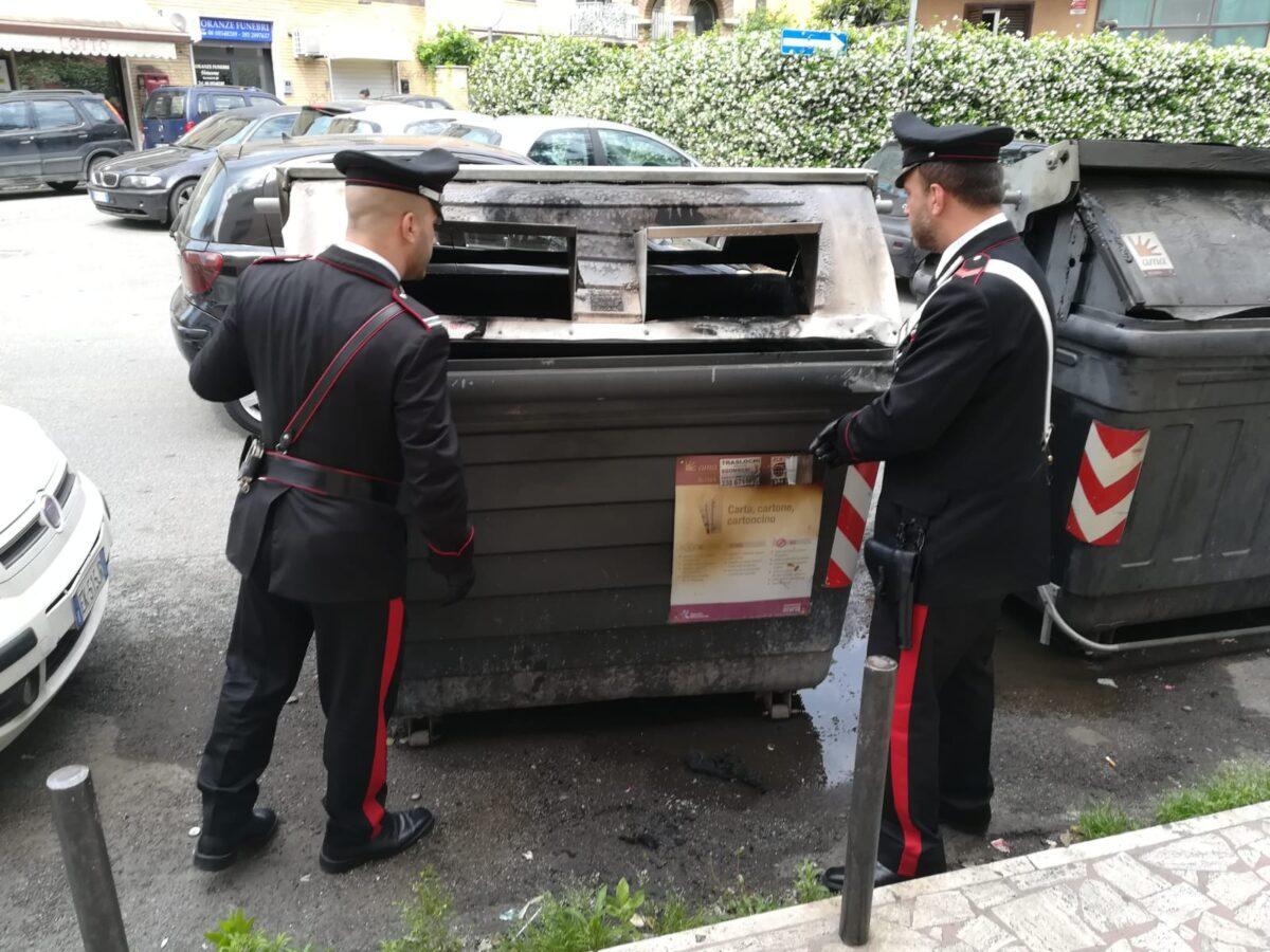 Tuscolano, piromane diede fuoco ai cassonetti in via Calpurnio Fiamme: individuato e denunciato. L'incendio coinvolse anche le auto parcheggiate