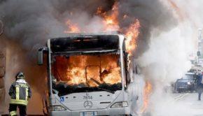 GRA, bus in fiamme allo svincolo di via della Magliana: per fortuna era fuori servizio
