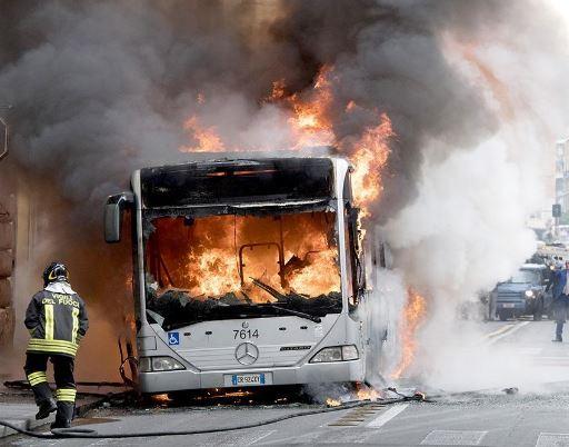 roma atac fiamme bus linea 46 nessun passeggero a bordo