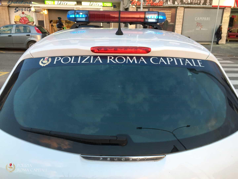 """POLIZIA LOCALE ROMA: L' UGL PROCLAMA LO STATO DI AGITAZIONE DEI CASCHI BIANCHI ROMANI. Il mancato recepimento della Legge Regionale in materia di Polizia Locale, che vede Roma unico tra i comuni del Lazio a non essersi adeguato alle normative in materia, oltre alla mancata attuazione, a distanza di quasi 10 anni, dell'ordinanza Sindacale che vede assegnato l'intero stabile di Via della Greca 5 alla U. O. I Gruppo, il più numeroso dell'intero Corpo di Polizia di Roma Capitale, sono le principali motivazioni che hanno portato la Segreteria Provinciale della UGL PL a proclamare lo stato di agitazione dei caschi bianchi romani. """"Riteniamo assurdo, oltre che ingiusto nei confronti dei circa 6000 agenti capitolini, che non si stia ottemperando alla prevista riforma di gradi e carriere, così come previsto e disposto da oltre due anni da una legge regionale per tutti i Comuni del Lazio. Siamo arrivati al paradosso che anche i più piccoli comuni montani vedono realizzate figure come sottufficiali, ispettori e commissari mentre a Roma le professionalità di chi svolge da 20-30 anni il proprio lavoro in un ben più difficile contesto metropolitano, non trovi riconoscimento alcuno, in barba alla cogenza dei disposti regionali"""" commenta in una nota Marco Milani, coordinatore romano UGL PL. A fargli eco Sergio Fabrizi, Segreterario Provinciale UGL: """" A parte il paradosso grottesco di un Corpo di Polizia che per primo non rispetta le leggi che lo disciplinano, riteniamo la proclamazione dello stato di agitazione l'ultimo strumento di confronto per portare l'attenzione di Sindaca ed amministrazione sui problemi del Corpo. Bene le recenti assunzioni -prosegue Fabrizi - di cui condividiamo il proposito della Sindaca ad esaurire la graduatoria ed indire un nuovo concorso, ma a maggior ragione la rinascita del Corpo deve urgentemente passare anche per i luoghi di lavoro; gli equipaggiamenti ed una definita organizzazione del lavoro che passi per un nuovo ordinamento del Corpo di cui, inv"""