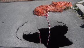 Roma, Montagnola: nuova voragine vicino a uno spartitraffico, transennata la strada