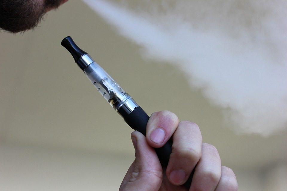 """Nuovi studi """"contro"""" la sigaretta elettronica: """"Aumenta significativamente il rischio di problemi orali"""""""