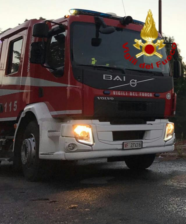 Autobus dell'Atac in fiamme su via Litoranea all'altezza di Castel Porziano