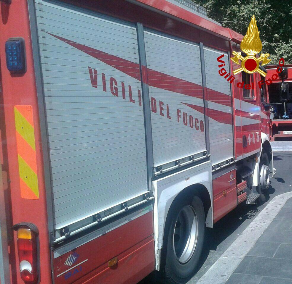 Incendio in un'autofficina su via Tiburtina: sul posto sei squadre dei Vigili del Fuoco