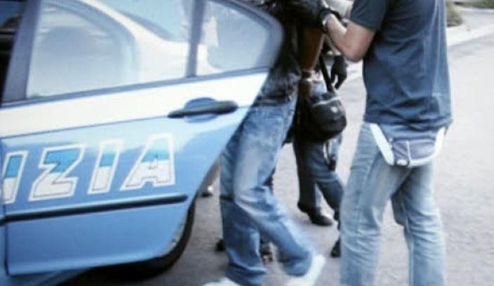 roma monte sacro figlio minaccia genitori famiglia coltello