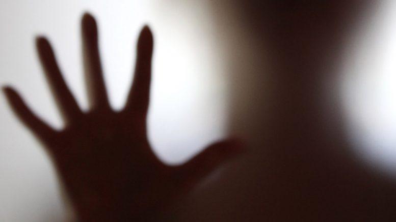 Morolo armato pistola minaccia morte moglie figlio minore