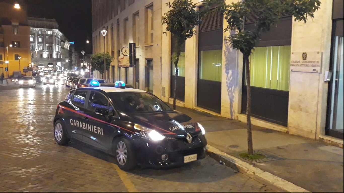 Roma, 26enne aggredisce in strada la compagna 19enne con una testata perché gli nega i soldi