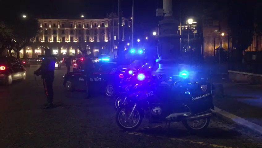 Roma, aggredisce passanti e agenti di polizia con calci e pugni tra Termini e Repubblica: arrestato 31enne a via Torino
