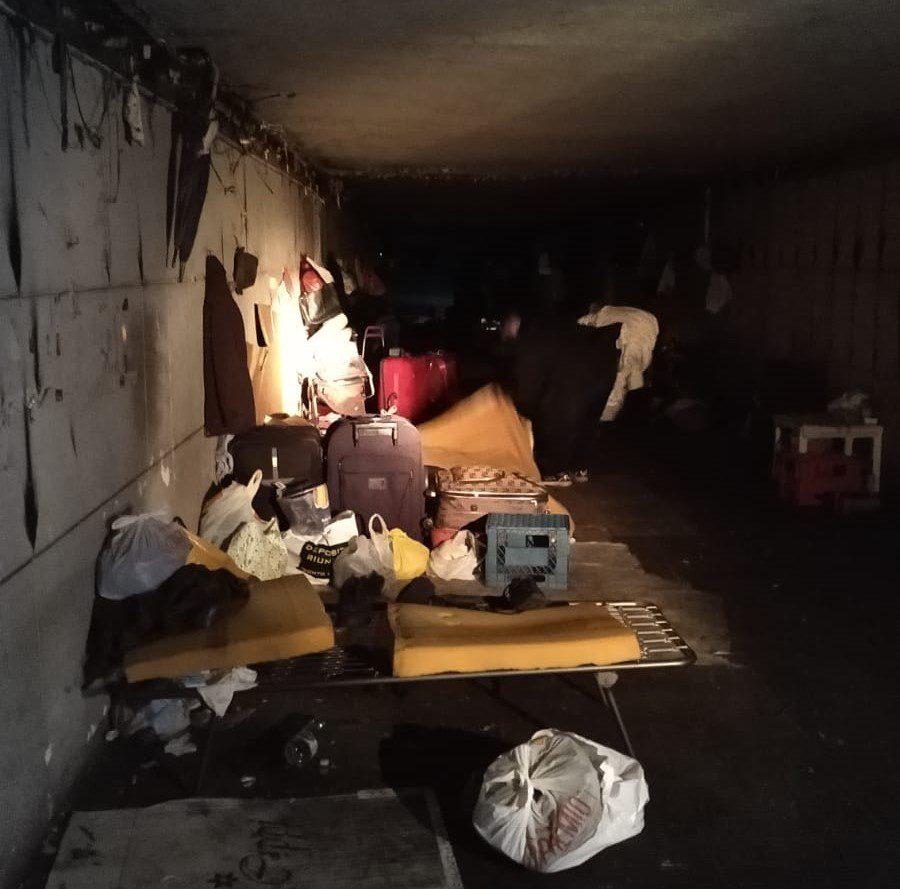 Via Cristoforo Colombo, liberato sottopasso utilizzato come deposito di merce usata. 25 persone vivevano lì