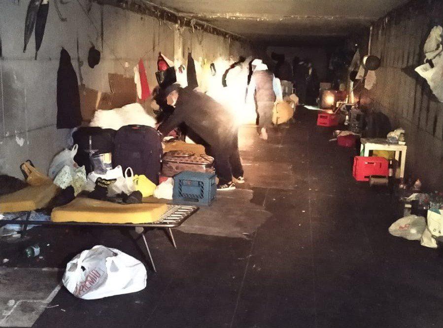 Via Cristoforo Colombo, liberato sottopasso utilizzato come deposito di merce usata. 25 persone vivevano lì (FOTO)