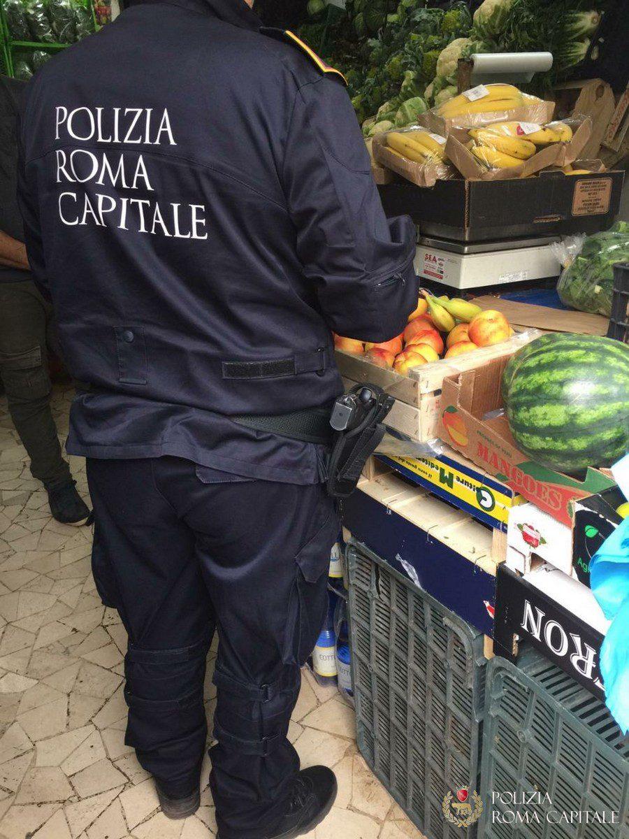 Roma, controlli nelle frutterie e minimarket: 15 tonnellate di merci sequestrate e multe da 200.000 euro. Sigilli anche a un'attività di Tor Sapienza